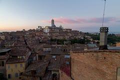 Opiniones panorámicas de la ciudad de la mañana de Siena imágenes de archivo libres de regalías