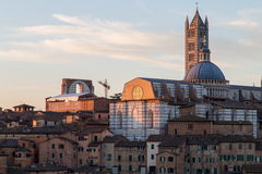 Opiniones panorámicas de la ciudad de la mañana de Siena fotografía de archivo