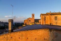 Opiniones panorámicas de la ciudad de la mañana de Siena Imagenes de archivo