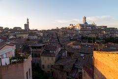 Opiniones panorámicas de la ciudad de la mañana de Siena fotografía de archivo libre de regalías