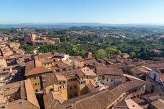 Opiniones panorámicas de la ciudad de la mañana de Siena imagen de archivo libre de regalías