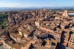 Opiniones panorámicas de la ciudad de la mañana de Siena foto de archivo libre de regalías