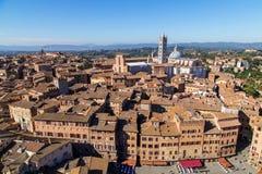 Opiniones panorámicas de la ciudad de la mañana de Siena imagen de archivo