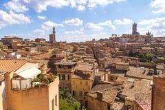 Opiniones panorámicas de la ciudad de la tarde de Siena Foto de archivo