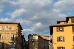 Opiniones panorámicas de la ciudad de la tarde de Siena imagen de archivo libre de regalías