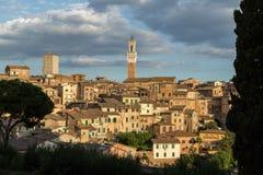 Opiniones panorámicas de la ciudad de la tarde de Siena Foto de archivo libre de regalías