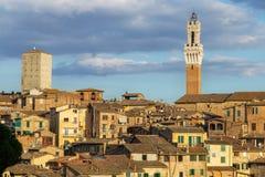 Opiniones panorámicas de la ciudad de la tarde de Siena fotos de archivo