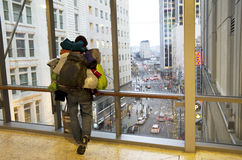 Opiniones sin hogar de Seattle del hombre en el centro de la ciudad Fotos de archivo