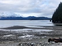 Opiniones soleadas de tiempo de primavera en Alaska imagenes de archivo