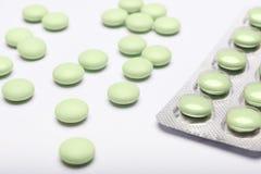 Opioid epidemie en druggebruik concept Groen pillen en blaarpak op witte achtergrond stock foto