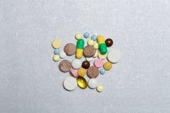 Opioid Pillen Gekleurde pillen op een zilveren achtergrond Het concept Opioid epidemie stock afbeelding