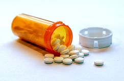 Opioidkrisen - öppna flaskan av receptsmärtstillande medel arkivbild