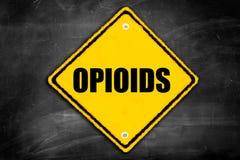 Opioids som är skriftliga på varningstecken Arkivbilder