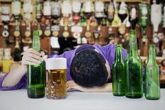 Opiły mężczyzna z piwem Obraz Royalty Free