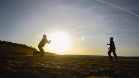 Opleidende mensen in volleyball op strand in de zon, strandvolleyball op zand op de lenteavond stock video