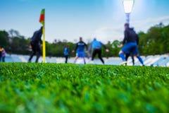 Opleidende voetballers op voetbalstadion Groen gras bij voorst gedeelte royalty-vrije stock foto