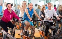 Opleiding in sportclub op fitness cyclus stock fotografie