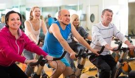 Opleiding in sportclub op fitness cyclus stock afbeeldingen