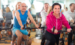 Opleiding in sportclub op fitness cyclus royalty-vrije stock afbeelding