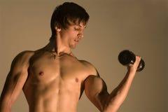 Opleiding van de bodybuilder Stock Afbeelding