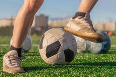 Opleiding van het nationale voetbalteam Benen van een jongen in laarzen a royalty-vrije stock afbeeldingen