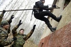 Opleiding van Russische politie Speciale Krachten swat stock afbeelding