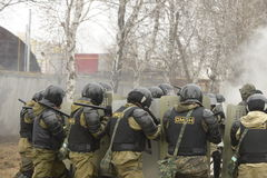 Opleiding van Russische politie Speciale Krachten swat royalty-vrije stock afbeelding