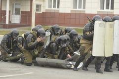 Opleiding van Russische politie Speciale Krachten swat stock fotografie