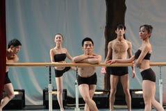 Opleiding voor de staaf-basis van de klassengraduatie van China Jiaotong van de dans opleidende cursus Universitaire -2011 dansen Royalty-vrije Stock Afbeeldingen