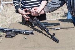 Opleidingsassemblage van wapens voor de wederopbouw van het bestrijden van de Tweede Wereldoorlog 2018-04-30 Samara stock fotografie