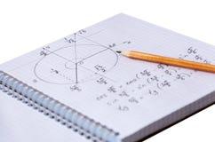 Oplossing van een wiskundig probleem in een notitieboekje en een potlood die op papier liggen Royalty-vrije Stock Foto's