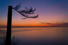 Opmerkelijk op de klip onder de zonsondergang Stock Afbeelding