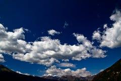 Opmerkelijke blauwe hemel over de alpen Stock Afbeelding