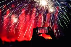 Opnamevuurwerk met slimme telefoon bij de partij van de Nieuwjaar` s Vooravond stock afbeelding