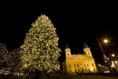 Opnieuw gevormde Grote Kerk van Debrecen bij christmastime stock foto