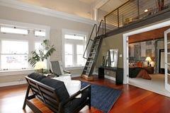 Opnieuw opgebouwde moderne slaapkamer en woonkamer Stock Foto's