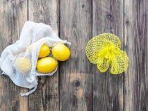 Opnieuw te gebruiken het winkelen zak met citroenen en netto plastiek royalty-vrije stock fotografie