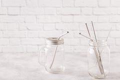 Opnieuw te gebruiken metaal sraws en schoonmakende borstel die in een kruik drinken royalty-vrije stock afbeeldingen