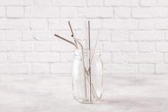 Opnieuw te gebruiken metaal sraws en schoonmakende borstel die in een kruik drinken stock afbeelding