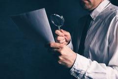 Opodatkowywa inspektora robi pieniężnemu skontrum, biznesmen czyta cont fotografia royalty free