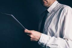Opodatkowywa inspektora robi pieniężnemu skontrum, biznesmena czytelniczy busi obrazy royalty free