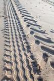 Opona ślada w piasku Ciągnikowy opony stąpania odcisk na plaży Zdjęcie Royalty Free