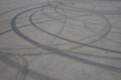 Opona ?lada koło ślad na asfaltowej drodze asfalt z śladami samochodowi koła Ślada międlenie od gumowych opon na cemencie Abstra obraz royalty free