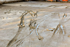 Opona ślada w mokrym betonie Obraz Royalty Free