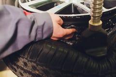 Opona naciska czujnika instalacja, samochód, próbna procedura w opieki centrum zdjęcie royalty free