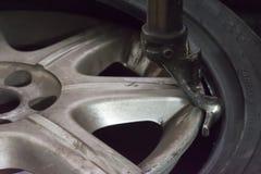 OPONA naprawiacz naprawia oponę Fotografia Stock