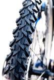 Opona od roweru górskiego przeciw białemu tłu, szczegółu clo Zdjęcie Royalty Free
