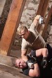 Oponente batendo do lutador do Muttahida Majlis-E-Amal Foto de Stock Royalty Free