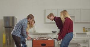 Oponentes alegres da derrota dos pares no jogo do foosball vídeos de arquivo