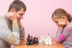Oponentes pensados sobre o jogo de xadrez Fotografia de Stock